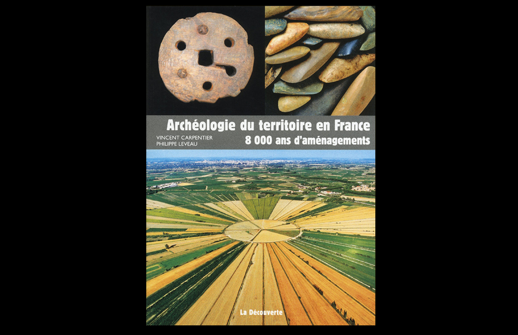 ArchéologieduterritoireenFrance.8000ansd'aménagements deVincentCarpentieretPhilippeLeveau.  Collection«ArchéologiesdelaFrance»,Editions La Découverte-Inrap, 176 pages, avril 2013, 22 €.
